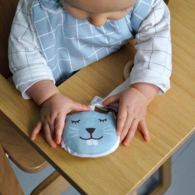 bavoir-motif-carreaux-anneau-dentition-castor-cadeau-naissance-pour-bebe-carotteetcie