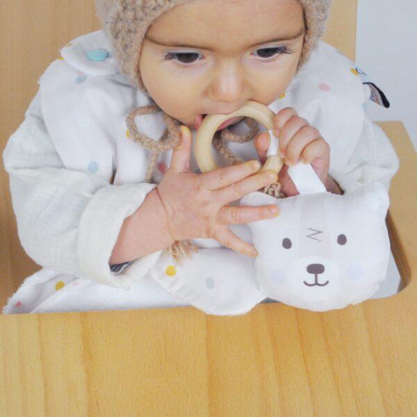 detail-bavoir-confettis-et-anneau-de-dentition-ours-polaire-made-in-france-100-encres-a-leau-oeko-tex-carotte-cie