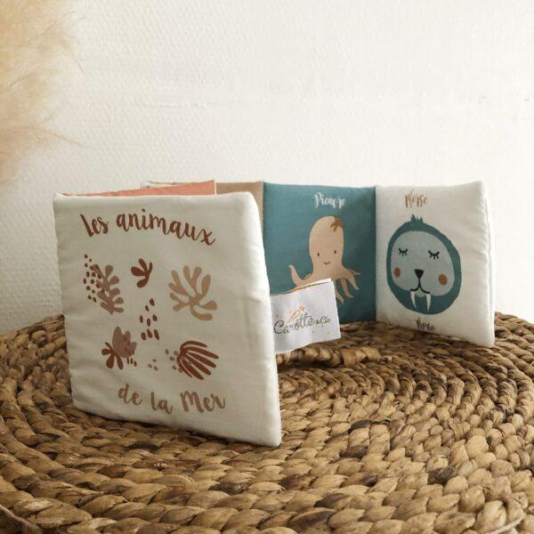 livre-eveil-bebe-animaux-de-la-mer-norme-ce-forme-accordeon-motif-exclusif-carotteetcie