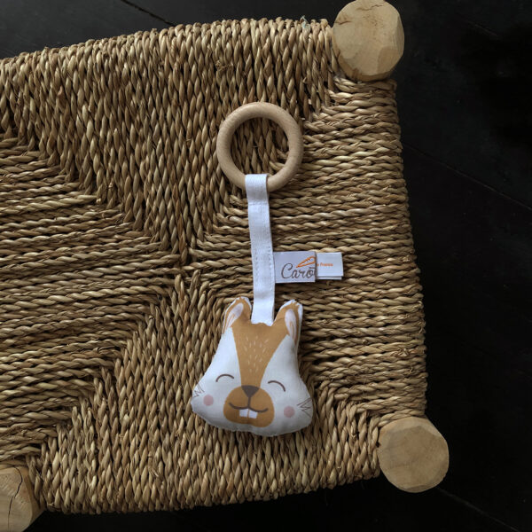 anneau-de-dentition-ecureuil-camel-soin-bebe-cadeau-naissance-carotteetcie