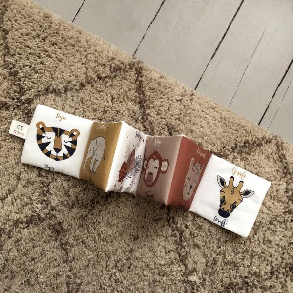 livre-eveil-animaux-savane-cadeau-bebe-naissance-coton-biologique-gots-carotteetcie